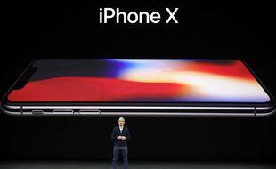 Le patron d'Apple, Tim Cook, présente l'iPhone X, le 12 septembre 2017.