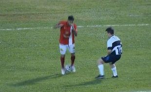 le brésilien Neymar tente un dribble lors d'un match de charité au Brésil, le 22 décembre 2014.
