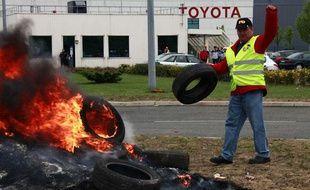 Des salariés de Toyota protestent contre leur direction devant le site d'Onnaing, près de Valenciennes, le 17 avril 2009.