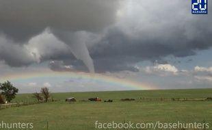 Une tornade traverse un arc-en-ciel dans le Colorado le 9 mai 2015.