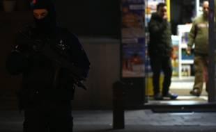 Schaerbeek (Belgique), le 22 mars 2016. Des policiers perquisitionnent la planque des terroristes de Bruxelles.