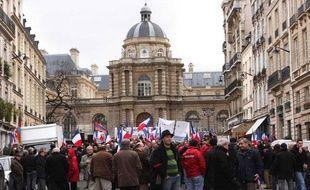 Des Français d'origine arménienne manifestent devant le Sénat le 23 janvier 2012.