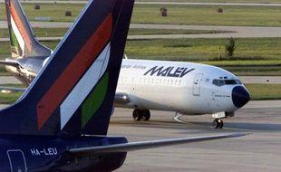 La compagnie aérienne hongroise Malev a annoncé vendredi avoir cessé ses opérations faute de liquidités, un mois après avoir été forcée par l'Union européenne (UE) à rembourser à l'Etat une aide financière jugée contraire aux règles de la concurrence.