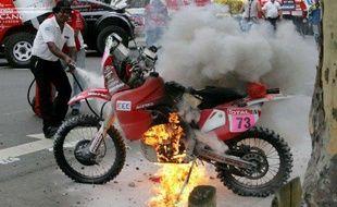 La mopto d'un concurrent du Dakar, Javier Pizzolito, incendiée avant le départ du Dakar, le 2 décembre 2010 à Buenos Aires