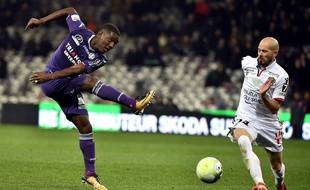 L'attaquant du TFC Max-Alain Gradel face au défenseur de l'OGC Nice Christophe Jallet, lors du match de Ligue 1 au Stadium de Toulouse le 29 novembre 2017.