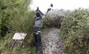 Un manifestant zadiste jette de la boue sur un gendarme