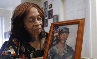 La mère d'Isaiah Peoples, montre une photo de son fils prise lorsqu'il était dans l'armée.