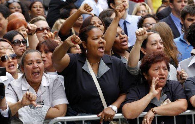 Des femmes de chambre manifestent devant le tribunal de New York où se tient l'audience de Dominique Strauss-Kahn, le 6 juin 2011.