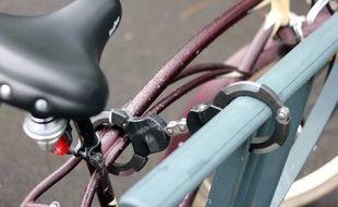 Illustration d'un cadenas en forme de menottes, ici sur un vélo à Rennes.