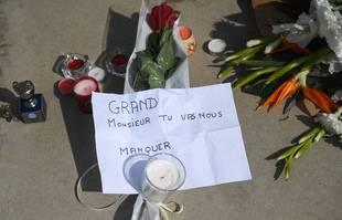Hommage des supporters marseillais devant le stade Orange Vélodrome à l'annonce du décès de Bernard Tapie, le 3 octobre 2021, à Marseille.