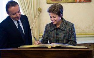 La présidente du Brésil, Dilma Rousseff, a annoncé mercredi la construction d'au moins 800 aéroports régionaux dans ce pays aux dimensions continentales, lors d'un séminaire avec des entrepreneurs français à Paris.