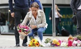 Après l'attentat de Londres, Les travailleurs et résidents londoniens déposent des fleurs lundi 5 juin près du lieu des attaques.