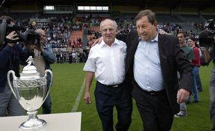 L'ancien président de l'AJ Auxerre, Jean-Claude Hamel, avec Guy Roux, après la finale de la Coupe de France remportée par l'AJA en 2005.