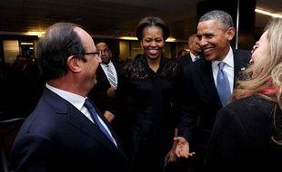 Barack et Michelle Obama saluent François Hollande et Valérie Trierweiler, à Johannesburg en Afrique du Sud, en marge de la cérémonie d'hommage à Nelson Mandela, le 10 décembre 2013.