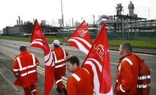 Grangemouth oil refinery workers walk past the refinery during the first day of strike action by staff at the Ineos refinery in Grangemouth, central Scotland April 27, 2008. A pipeline carrying nearly half of Britain's oil was closed on Sunday as a strike over pensions began at the neighbouring Grangemouth refinery in Scotland, operator BP said.     REUTERS/David Moir   (BRITAIN)
