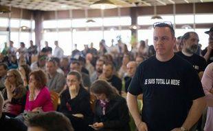 Des ouvriers du site de Total à La Mède se réunissent à l'appel de la CGT pour contre la restructuration du site, le 17 avril 2015