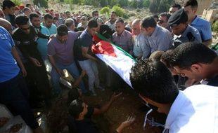"""Enterrement du corps d'Omar al-Hayari, l'un des cinq membres des services de renseignements jordaniens tués lundi dans une """"attaque terroriste"""" dont le gouvernement affirme avoir arrêté l'auteur"""