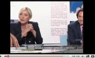 Capture d'écran de l'émission Mots croisés du 5 octobre 2009, au cours de laquelle Marine Le Pen a accusé Frédéric Mitterrand d'être pédophile.