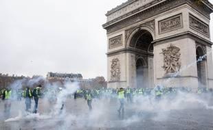 """Affrontements entre les forces de l'ordre et les """"gilets jaunes"""" au pied de l'Arc de Triomphe, le  2 décembre."""