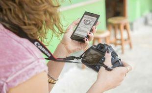 Les smartphones font de l'ombre aux compacts numériques mais peuvent devenir de vrais partenaires pour les photographes désireux de partager les clichés réalisés avec un appareil photo Wifi, comme ici le Canon EOS 1200D.