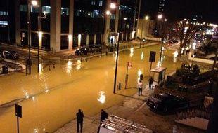 L'explosion d'une canalisation a inondé une partie du sud de Londres jeudi soir.