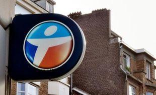 Photo prise le 24 février 2014 à Lille montrant le logo de l'opérateur Bouygues Telecom
