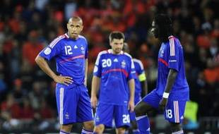 France's Thierry Henry (L) and Bafetimbi Gomis prepare to restart the match after the Netherlands scored during their Group C Euro 2008 soccer match at the Stade de Suisse stadium in Bern June 13, 2008. REUTERS/Eddie Keogh (SWITZERLAND)