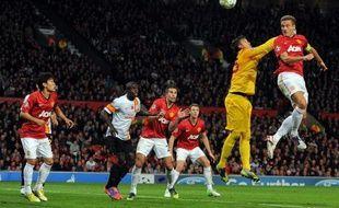 Le défenseur central serbe et capitaine de Manchester United Nemanja Vidic, 30 ans, va manquer les huit prochaines semaines de compétition en raison d'une blessure à un genou, a annoncé mardi le club de Premier League.