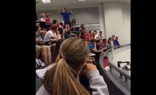 Un étudiant sur le point de lancer une boulette de papier.
