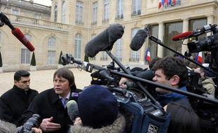 Le secrétaire général de CGT Bernard Thibault s'exprime devant l'Elysée après le sommet de crise, le 18 janvier 2012.