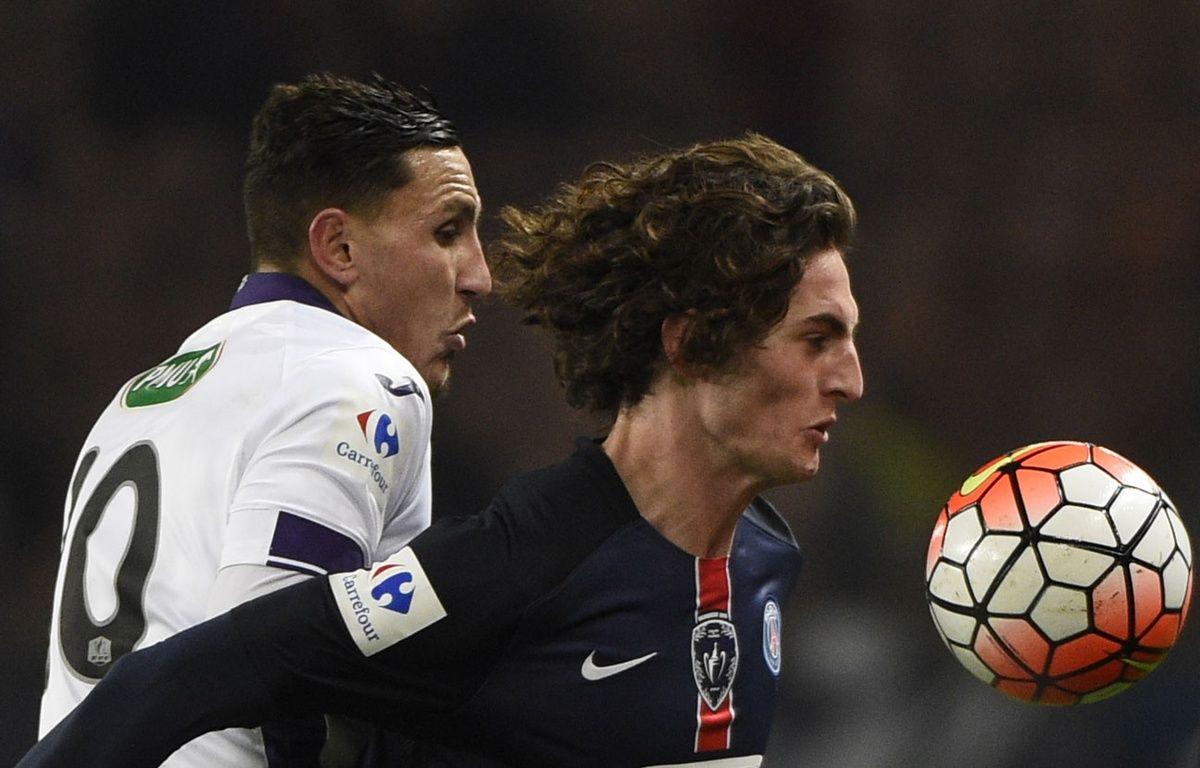 Adrien Regattin au duel avec Adrien Rabiot lors du match   entre le PSG et Toulouse le 19 janvier 2016. – MARTIN BUREAU / AFP