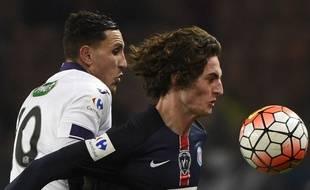 Adrien Regattin au duel avec Adrien Rabiot lors du match   entre le PSG et Toulouse le 19 janvier 2016.