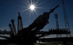 Le vaisseau spatial russe Soyouz TMA-16M est installé sur son pas de tir au cosmodrome de Baïkonour au Kazakhstan, le 25 mars 2015