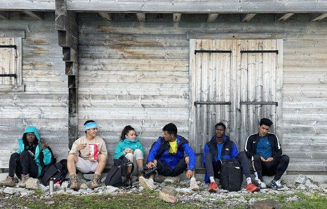 Grace, Jomah-Khan, Abdul, Sikou et Qambar, les cinq réfugiés déterminés à atteindre le sommet du Mont-Blanc, entourent ici Clélia Compas, la fondatrice de l'association Yambi.