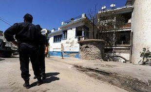 Des policiers algériens devant un commissariat à Tizi Ouzou, à l'est de l'Algérie, le 14 août 2011. Le guide Hervé Gourdel a été enlevé alors qu'il entamait un trek en Kabylie