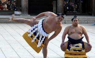 """Le """"yokozuna"""" Kakuryu (à g.) lors d'une cérémonie au sanctuaire Meiji, à Tokyo, le 9 janvier 2018."""