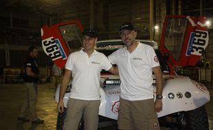 Albert Bosch (à droite) et son copilote Agustin Paya s'apprêtent à prendre le départ du Dakar 2015 à bord d'un buggy 100 % électrique.