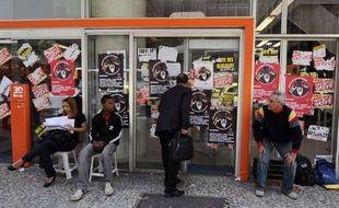 Un homme devant un distributeur de billets de banque au Brésil.