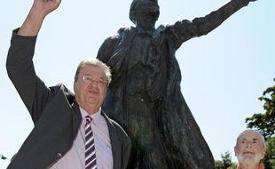 Georges Freche pose devant une statue de Lénine, à Montpellier, mercredi 18août 2010.