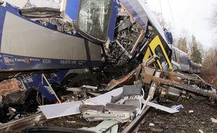 Un choc frontal entre deux trains régionaux mardi matin en Bavière a fait au moins neuf morts et 81 blessés, l'un des plus graves accidents ferroviaires de ces dernières années en Allemagne.