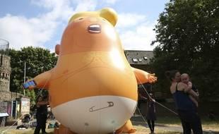 Illustration d'un ballon gonflable représentant un bébé Trump.