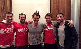 Roger Federer entouré de toute l'équipe suisse, le 17 novembre 2014 à Lille.
