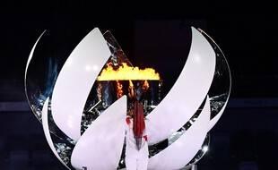 La joueuse de tennis américano-japonaise Naomi Osaka allume la flamme de l'espoir dans la vasque olympique lors de la cérémonie d'ouverture des Jeux olympiques de Tokyo 2020, le 23 juillet 2021.