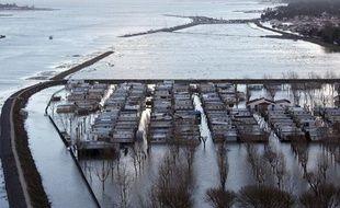 Photo aérienne de la ville de Faute-sur-Mer le 1er mars 2010 où les maisons qui sont juste derrière la digue ont été inondées après la tempête Xynthia.