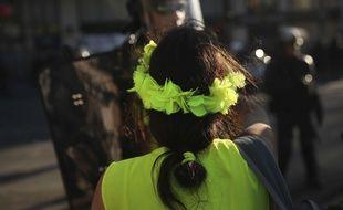 Une manifestante «gilet jaune» pendant une manifestation le 20 avril à Paris.