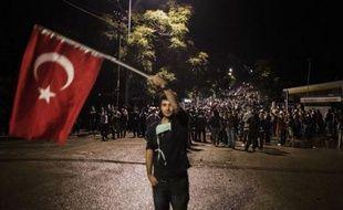 Des dizaines de milliers de personnes ont poursuivi leurs manifestations à l'appel de deux syndicats qui réclament depuis près d'une semaine la démission du Premier ministre Recep Tayyip Erdogan, attendu en Turquie jeudi soir de Tunis, dernière étape d'une tournée au Maghreb.