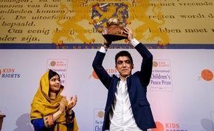 Mohamad Al Jounde,  un Syrien de 16 ans, recevant le Prix international de la Paix des Enfants le 4 décembre 2017 à la Haye.