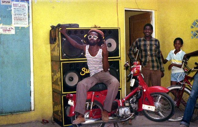 Le chanteur Nitty Gritty dans la cour de King Jammy, 1985