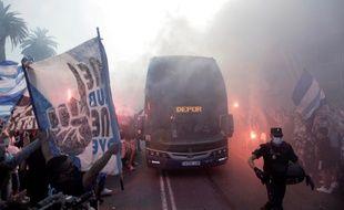 Les fans du Deportivo La Corogne accompagnent le bus des joueurs avant le match face à Fuenlabrada, avant qu'il ne soit annulé à cause de joueurs du club de la banlieue de Madrid positifs au coronavirus.