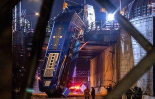 Un bus de New York accidenté dans le quartier du Bronx, suspendu à un viaduc, le 15 janvier 2021, après un accident jeudi soir.